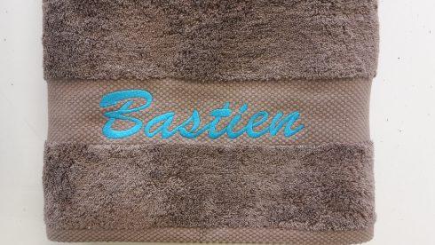 Broderie d'un prénom sur une serviette éponge
