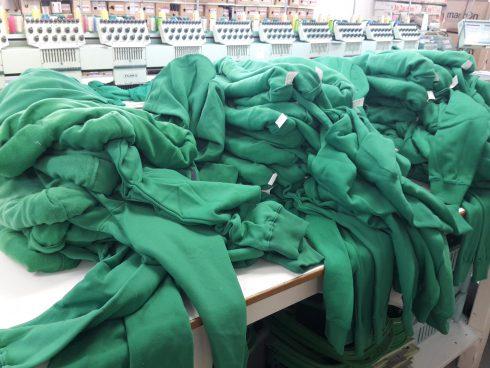 Broderie sur des sweat-shirts pour professionnels : production en série