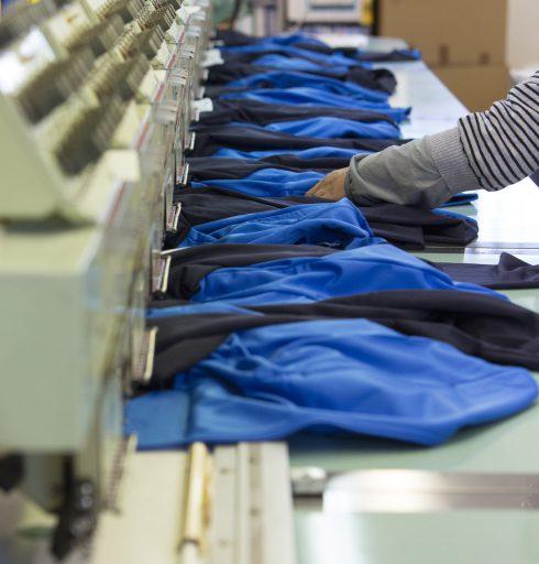 Broderie sur des vestes de professionnels : production en série
