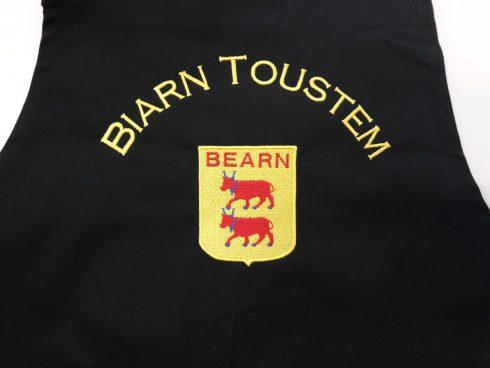 Broderie sur un tablier de cuisine pour Biarn Toustem